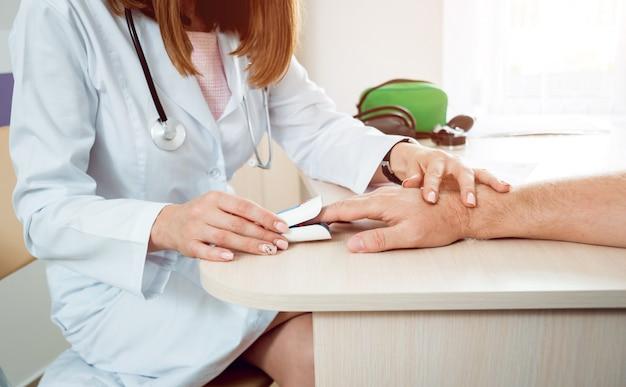 Доктор измеряет сердечный ритм