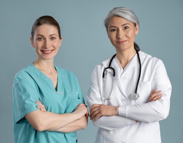 Medico e infermiere in attrezzatura speciale