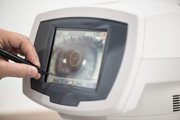 Врач-окулист на работе. диагностическое офтальмологическое оборудование. концепция медицины
