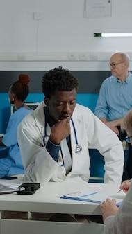 老婆に相談するアフリカ系アメリカ人民族の医者