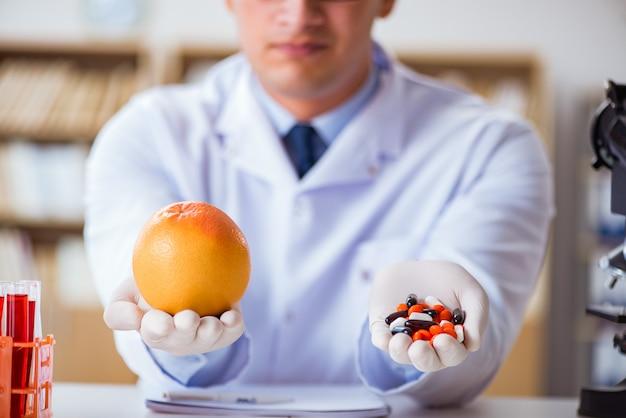 Доктор, предлагающий выбор между здоровыми и витаминами