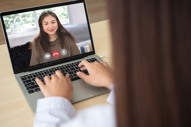 病気の症状を監視して尋ねるために患者との医師のオンラインビデオ会議