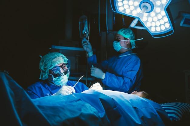 Операция врача в операционной в больнице