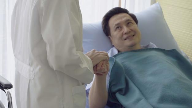 의사 또는 의사가 병원이나 진료소에서 아픈 환자를 돌 봅니다.