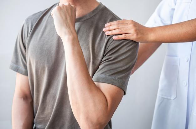 운동 선수 남성 환자의 부상 치료를 검사하는 의사 또는 물리 치료사