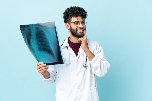孤立した背景上の医者