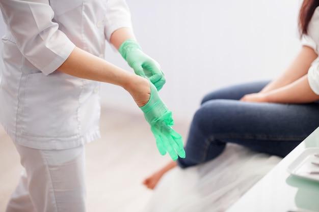 手袋をはめた医師の足病医