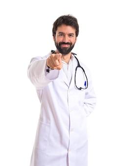 Medico che punta alla parte anteriore su sfondo bianco