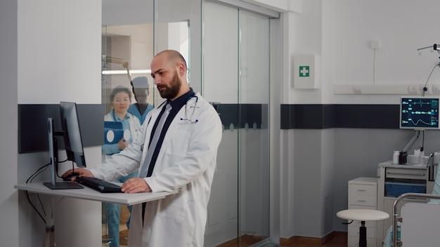 질병 진단 유형 질병 치료를 분석하는 제복을 입은 의사 개업