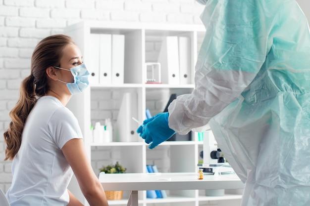 病院で患者の予防接種の準備をしている医師のクローズアップ