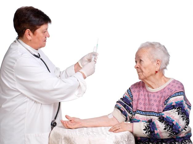 늙은 여자에 대 한 주입을 준비하는 의사
