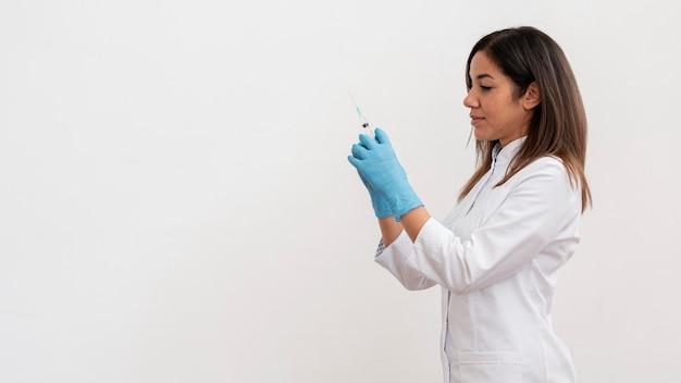 Доктор готовит медицинскую вакцину