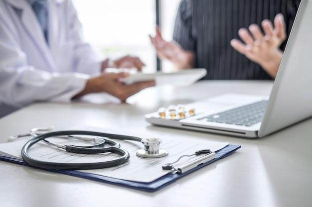 診断のレポートを提示する医師