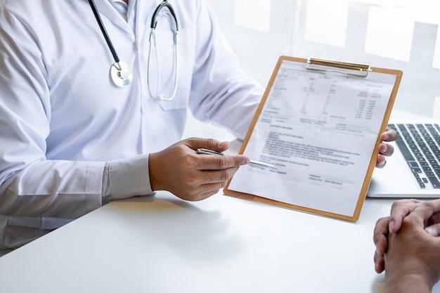 의사는 환자에게 보고하고 질병 문제에 대한 처방과 결과를 확인하고 의학, 건강 관리 및 의료 개념을 사용할 것을 권장합니다.