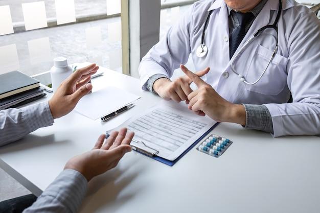 Врач представляет пациента и проверяет результаты отчета и рецепта о проблеме болезни и рекомендует использовать медицину, здравоохранение и медицинские концепции.