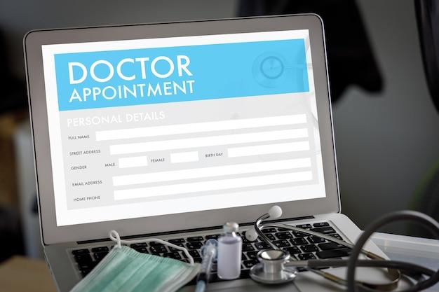 Программа врача в ноутбуке в кабинете врача