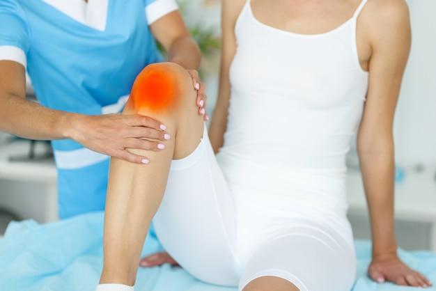 Врач оказывает медицинскую помощь пациенту с ушибом ноги