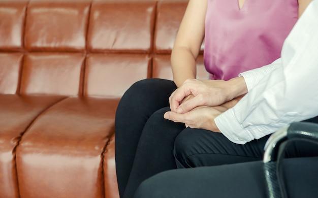 Доктор психиатр, держась за руки пациентки