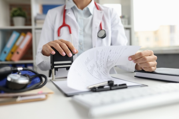 의사는 의료 문서 전염병 상황에 우표를 붙입니다