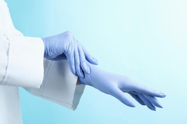 블루에 의료 장갑을 씌우고 의사
