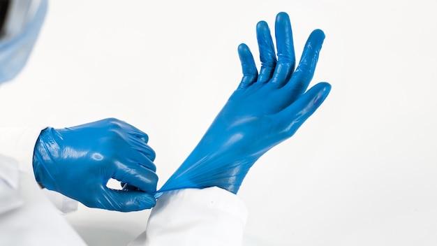 保護手袋を着用する医師