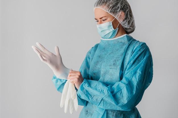 Доктор надевает хирургические перчатки