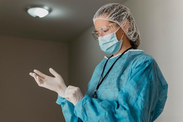 의사가 수술 용 장갑을 씌우고