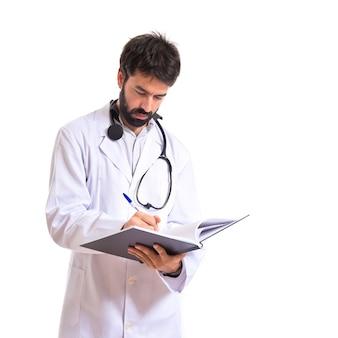 흰색 배경 위에 책을 읽고 의사
