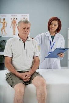 심각한 부상 후 장기 재활이 필요한 노인 환자를 안심시키는 의사