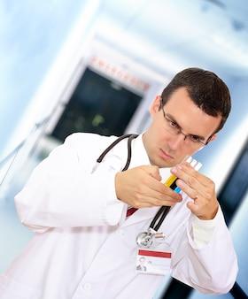 의사는 병원에서 혈액으로 의료 테스트 유리를 연구합니다.