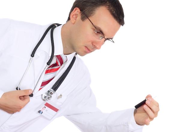 의사는 혈액으로 의료 테스트 유리를 연구합니다. 화이트 이상 격리