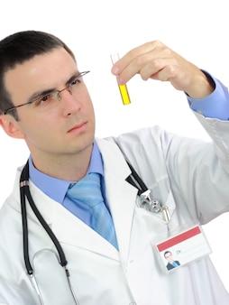 의사는 소변으로 의료 테스트 유리를 연구합니다. 화이트 이상 격리