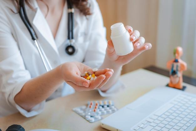 의사의 손에 약의 소수