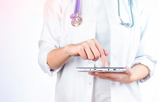 의사의 손과 디지털 태블릿
