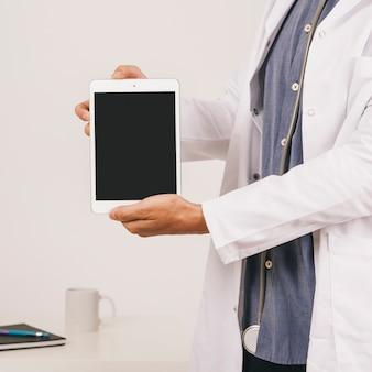 Le mani del dottore che tengono il ipad