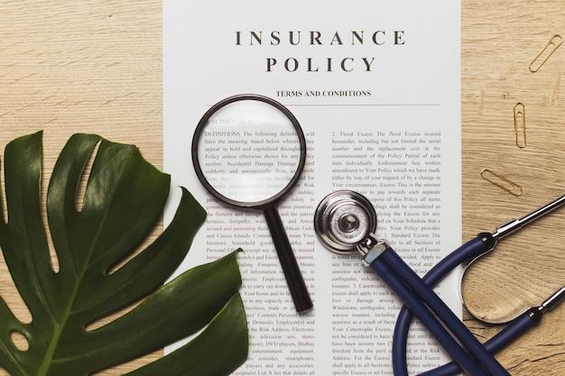 의사의 청진기, 의료 기록 및 건강 보험 문서. 건강 관리의 개념.