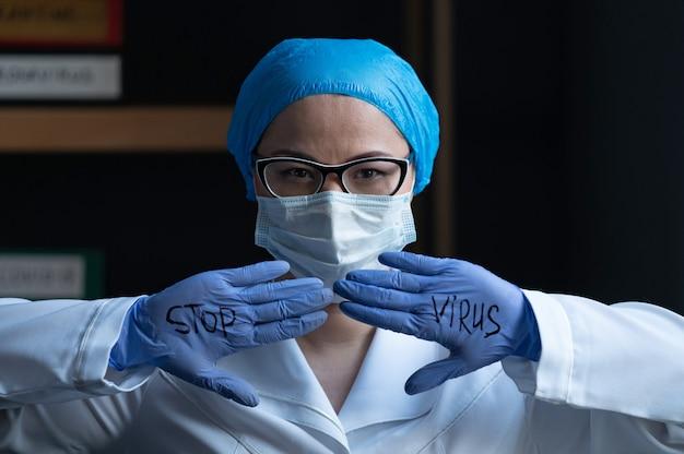 医者は彼の手袋に書かれたウイルスを停止します。
