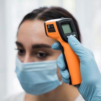 Врач, сканирование температуры пациента