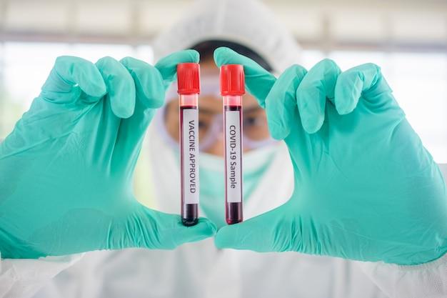 Доктор, ученый, исследователь в настоящее время изучает и анализирует образцы крови пациентов с вирусом короны для использования в исследованиях и экспериментах в медицине для лечения пациентов в больницах.