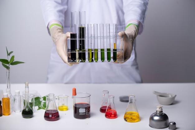 Докторские ученые, работающие в лаборатории, концепции здравоохранения и биотехнологии.