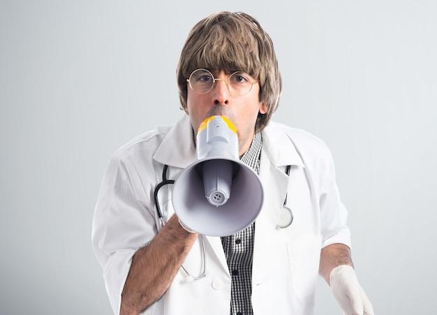 医者がメガホンで叫ぶ