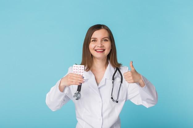 親指を立てる医者