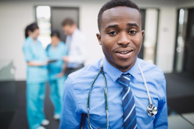 Доктор, стоя в коридоре больницы