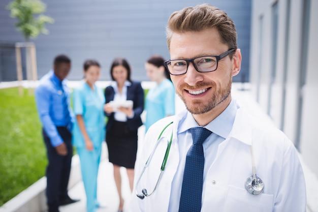 病院の敷地内に立っている医者