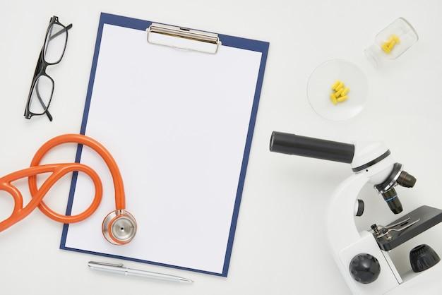 医師テーブル、顕微鏡、聴診器、グラス、上面図