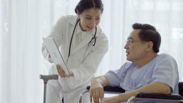 医師は病院または診療所で患者の世話をします。医療コンセプト。
