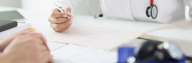 의사가 환자를 돌보고 의료 기록을 작성합니다.