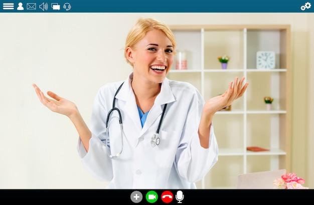 원격 의료 및 원격 의료 서비스를 위해 화상 통화를 하는 의사