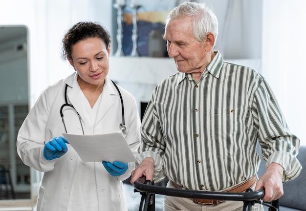Medico che parla con uomo anziano al chiuso
