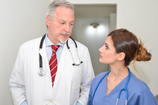 의사는 병원에서 간호사에 게 이야기